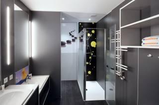 Blick in ein Bad der CityStar-Jugendherberge Pirmasens